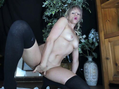Bubble Butt Milf Gets Horny Knowing You Are Watching Her! Glass Dildo Pussy Fuck!